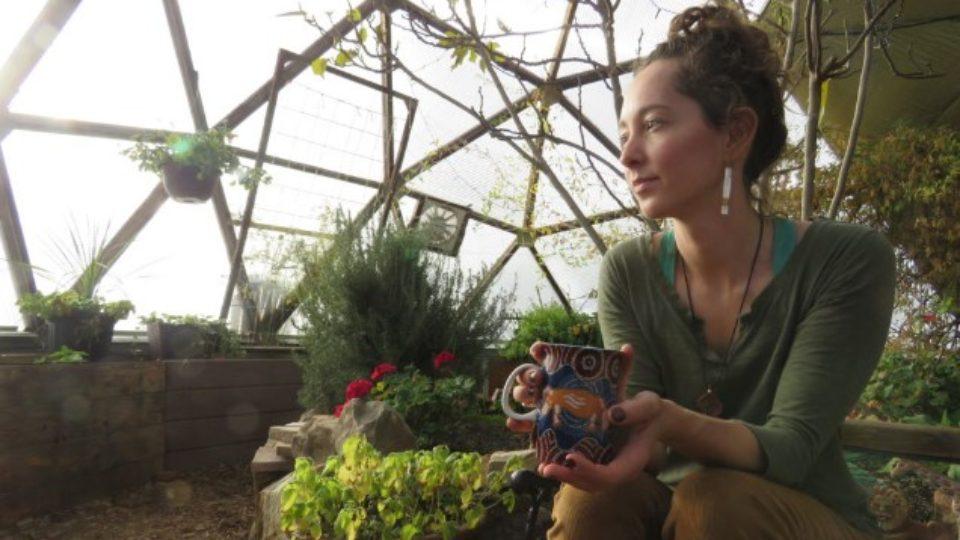 Девушка сидит в саду и думает