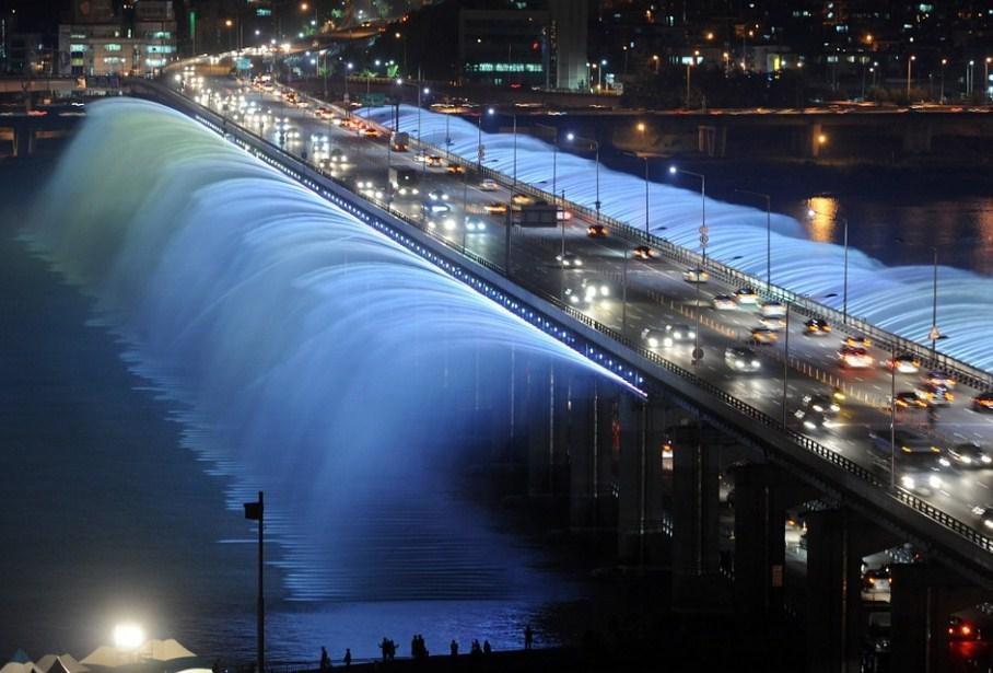 Фонтан на мосту Сеул Южная Корея