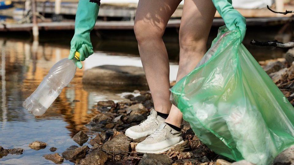 Сбор пластика человека очищение