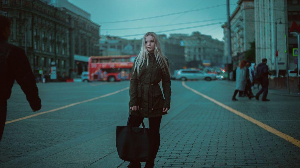 Девушка с тряпичной сумкой