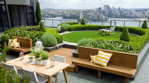 Ухоженный сад и газон на крыше здания