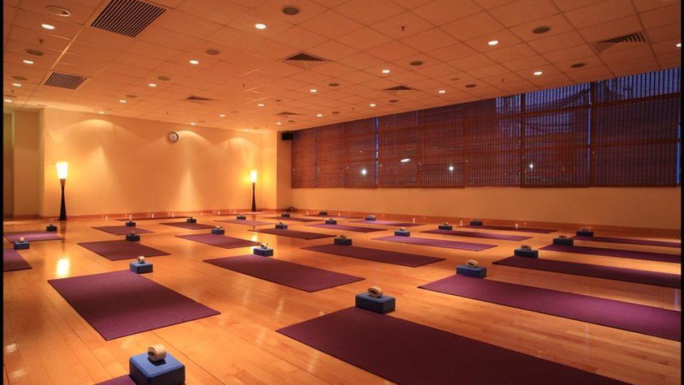 Зал для горячей йоги