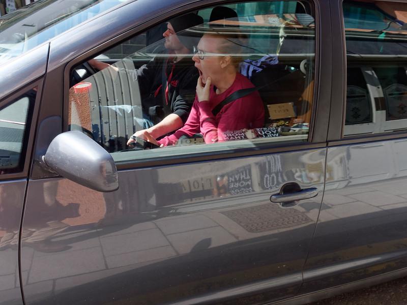 женщина зевает в машине